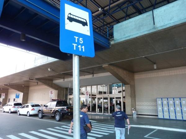 O ponto de parada do T5 é em frente a porta do desembarque do aeroporto